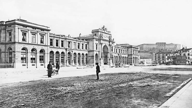 Kathedralen des Fortschritts: Der neue Zürcher Hauptbahnhof, im Hintergrund das Polytechnikum, die heutige ETH. Fotografie um 1880.