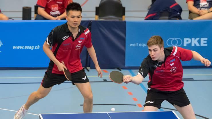 Chengbowen Yang (links) und Cédric Tschanz am Tischtennis-Superfinal in der Dreifach-Halle Breite in Schaffhausen.