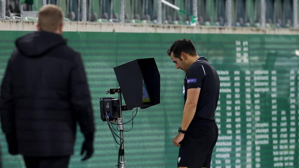 Schiedsrichter San hätte auch nach dem Videostudium beim Entscheid bleiben sollen.