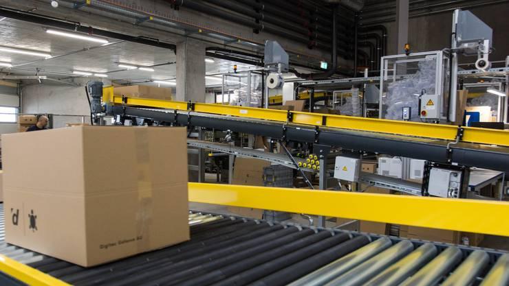 Über die riesige Förderband-Anlage finden die Pakete selbstständig den Weg an die richtige Station.
