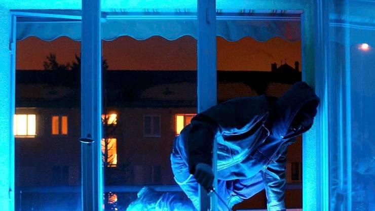 Durch ein Fenster drangen unbekannte Einbrecher in Wil SG in ein Einfamilienhaus ein und klauten unter anderem Weihnachtsgeschenke. (Symbolbild)