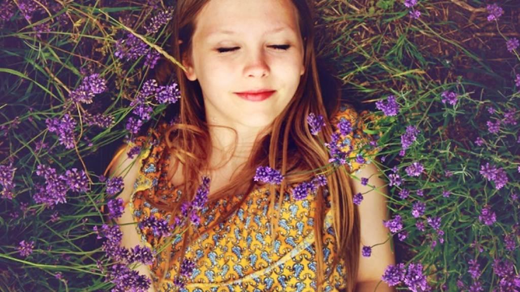 Monatelang in einem duftenden Lavendelfeld liegen: Empa-Forscher machen dieses olfaktorische Erlebnis mit neu entwickelten Stofffasern möglich. (zVg)