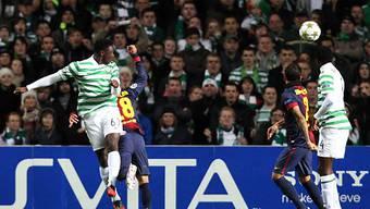 Celtics Victor Wanyama (l.) trifft zum 1:0 gegen Barcelona.