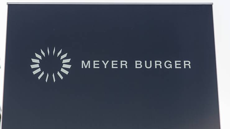 Die Meyer-Burger-Gruppe baut in den USA Stellen ab. Hier das Logo des Unternehmens vor dem Hauptsitz bei Thun.