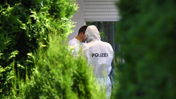 Der Verdächtige habe nach eigenen Angaben auch die Fünfjährige töten wollen, aber nicht im Haus, hiess es weiter. Anschliessend habe er sich dann selbst umbringen wollen.