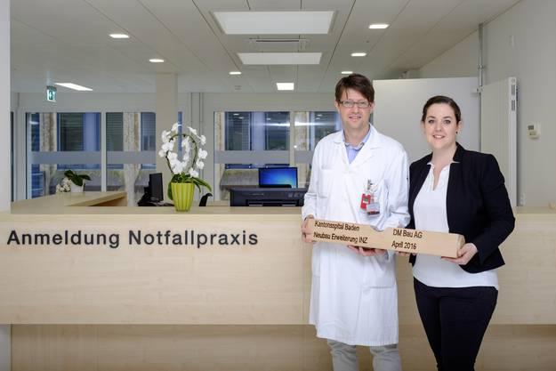 Chefarzt Markus Schwendinger und Michèle Schmid, Leiterin Pflege INZ, bei der symbolischen Schlüsselübergabe