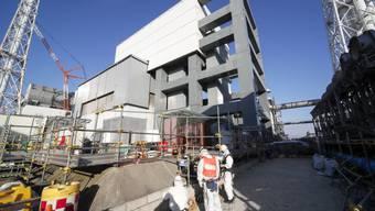 Arbeiter bei Abbrucharbeiten in der Atomruine in Fukushima.
