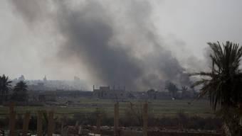 Während schwarzer Rauch über dem Dorf Baghus hing, waren heftige Explosionen zu hören.