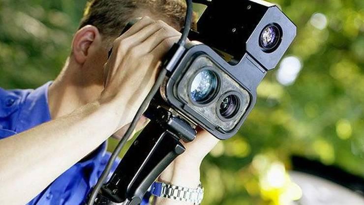 Mit einem mobilen Lasermessgerät bremst die Aargauer Kantonspolizei Temposünder aus. (Symbolbild)