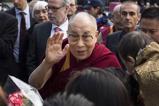Der Dalai Lama wird von Exil-Tibetern vor dem Haus der Religionen in Bern empfangen.