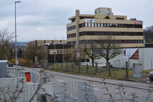 Zuvor war die Tesa Tape Schweiz AG an der Industriestrasse 19 in Bergdietikon domiziliert, zusammen mit der CCL Label AG, die von September bis Dezember nach Lengnau im Aargauer Bezirk Zurzach zügeln wird. Sowohl Tesa Schweiz als auch CCL gingen aus der Firma Bandfix hervor, die 1984 in Bergdietikon das beige Industriegebäude eröffnete.