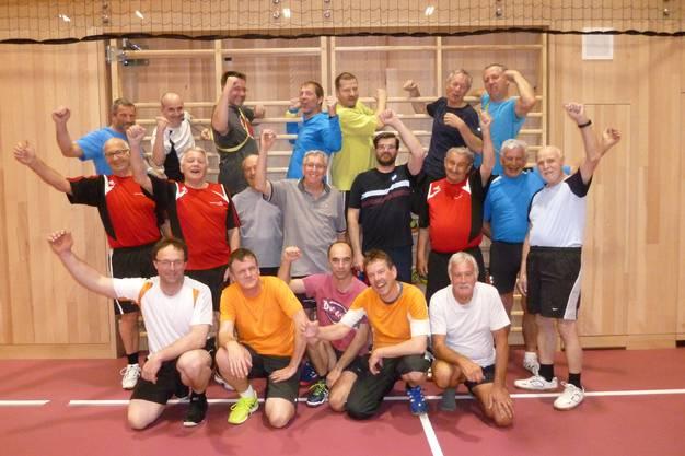 Männerriege Hause in der neuen Halle: Die Männerriege Hausen nach dem Training in der neuen Doppelturnhalle.