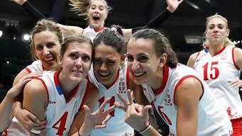 Volero Zürichs Passeuse Bojana Zivkovic (links, Nummer 4) feiert mit ihren Teamkollegen den Finaleinzug der Serbinnen