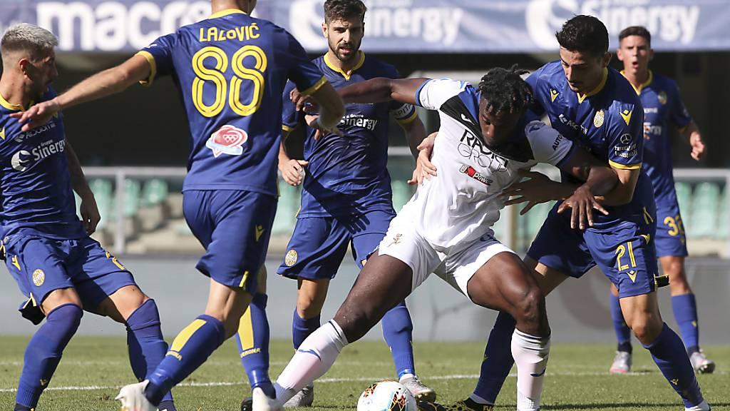 Für einmal kann sich Atalanta Bergamo nicht durchsetzen: Stürmer Duvan Zapata im Duell mit der Defensive von Hellas Verona