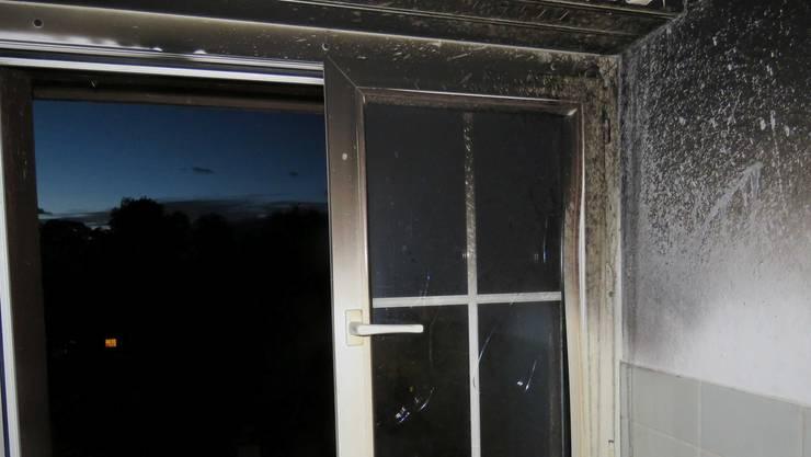 Der Brand im Bereich des Küchenherdes war rasch gelöscht. Es entstand Russschaden in mehreren Zimmern der Wohnung.