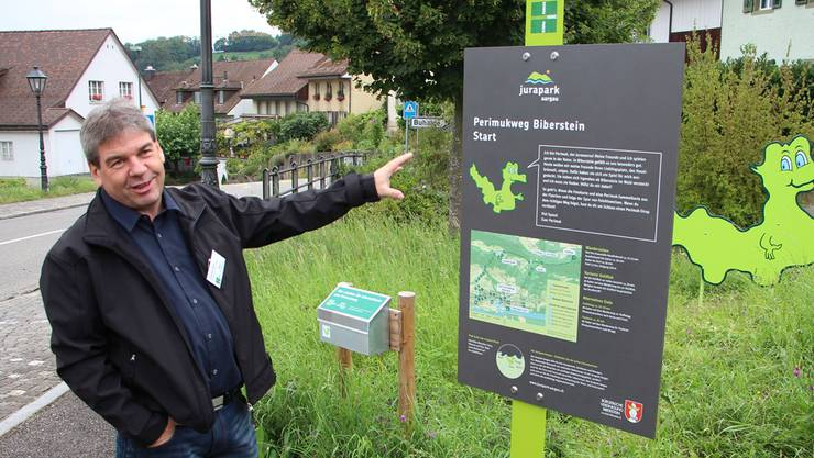 Thomas Vetter, Präsident Jurapark Aargau, präsentiert die neue Hinweistafel zum Erlebniswanderweg an der Gisliflue.