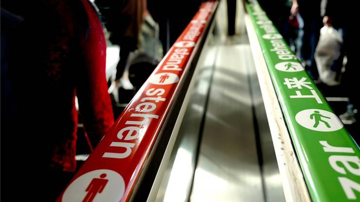 Am Bahnhof SBB weisen zum dritten Mal rote und grüne Signalbänder die Pendler auf das Prinzip «links gehen, rechts stehen» hin.