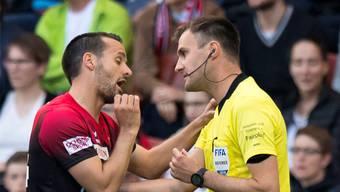 «Niemals habe ich gespuckt», sagt Nuzzolo zu Schiedsrichter Klossner.
