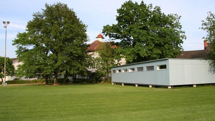 Dort, wo der Pavillon steht, ist ein multifunktionales Schulgebäude geplant. (Bild: sim)