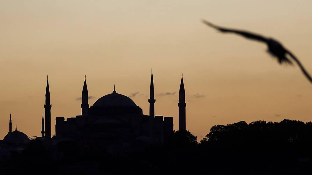ARCHIV - Blick auf die Hagia Sophia. Rund 90 Jahre nach der Umwandlung des Istanbuler Wahrzeichens Hagia Sophia in ein Museum durch Republikgründer Atatürk wird das Gebäude wieder eine Moschee. Der türkische Präsident Erdogan ordnete am 10. Juli die Öffnung zum islamischen Gebet an. Foto: Jason Dean/ZUMA Wire/dpa