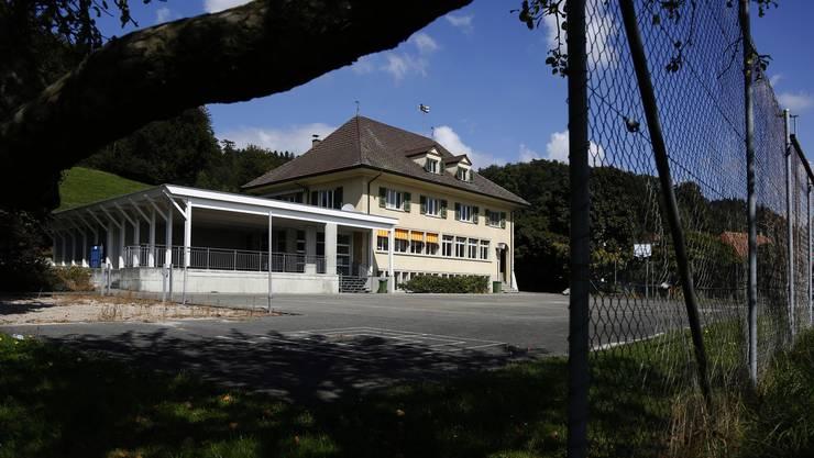 Die geplante Einstellhalle soll unter dem Teerplatz vor dem Schulhaus zu liegen kommen.