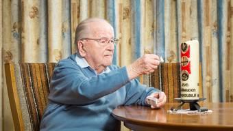 Nach seiner letzten Station als Pfarrer in Wohlenschwil hat Eugen Vogel in Hausen ein neues Daheim erworben. Am Stubentisch zündet er eine Kerze an.