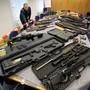 Von der Polizei beschlagnahmtes Waffenarsenal einer Gruppe von rechtsextremen Reichsbürgern in Solingen. (Archiv)