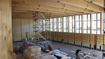 Im Innern der Halle werden die tragenden Elemente naturbelassen bleiben, die Wände lasierend weiss gestrichen.