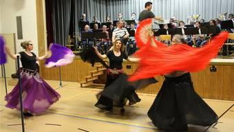 Drei Tänzerinnen aus dem Dance Studio in Aarau schmücken den Auftritt der Musikgesellschaft Othmarsingen mit ihrem Bauchtanz.