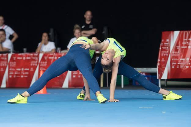 Jasmin Bucheli und Joy Märki vom BTV Luzern bei ihrer Aerobic-Übung.