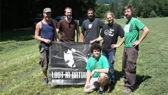 Das OK-Team des «Lost in Nature»-Festivals (v.l.) Andy Keller, Patrick Blaser, Stefan Köppel, Louis Senn, BastianMoser, Fabian Monn (unten) auf der noch leeren Festival-Wiese.