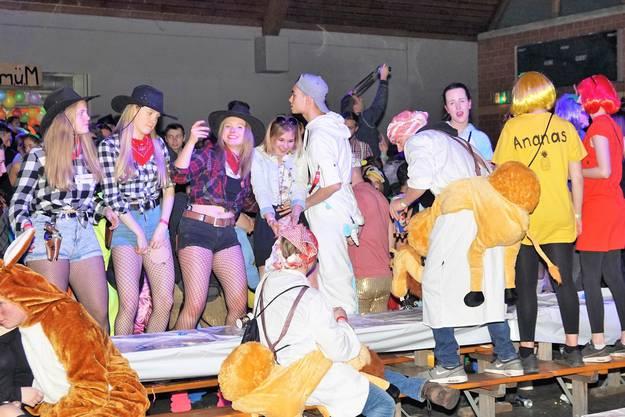 Beim Auftritt der Schlossgeischt-Schränzer tanzen die Fasnächtler auf den Bänken.
