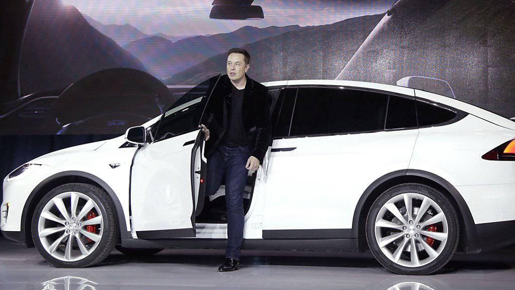 Tech-Unternehmer Elon Musk stellt einen neuen Tesla vor.(Archiv 2015) Musk konnte seine ambitionierten Ziele beim Verkauf seiner Elektoautos 2016 nicht erreichen.