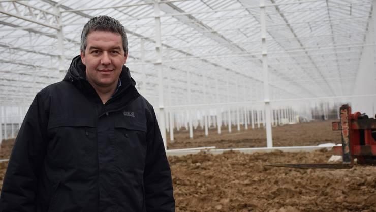 Patrick Forster, Geschäftsleiter der Forster Salatgarten AG, bringt den Hydro-Salat in die Schweiz. Nächste Woche werden in der 175 Meter langen Halle die Tische montiert und Mitte März die ersten Jungpflanzen gesetzt.