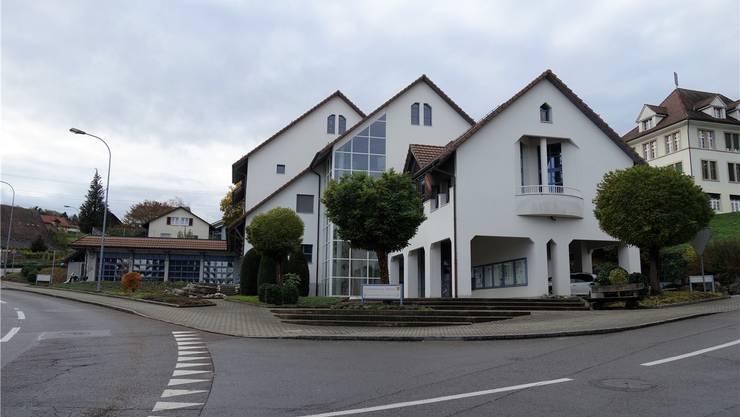 Ein Teil der Fassade des Mühlauer Gemeindehauses muss neu gestrichen werden. Ausserdem sind die Dachfenster zu ersetzen. Eddy Schambron