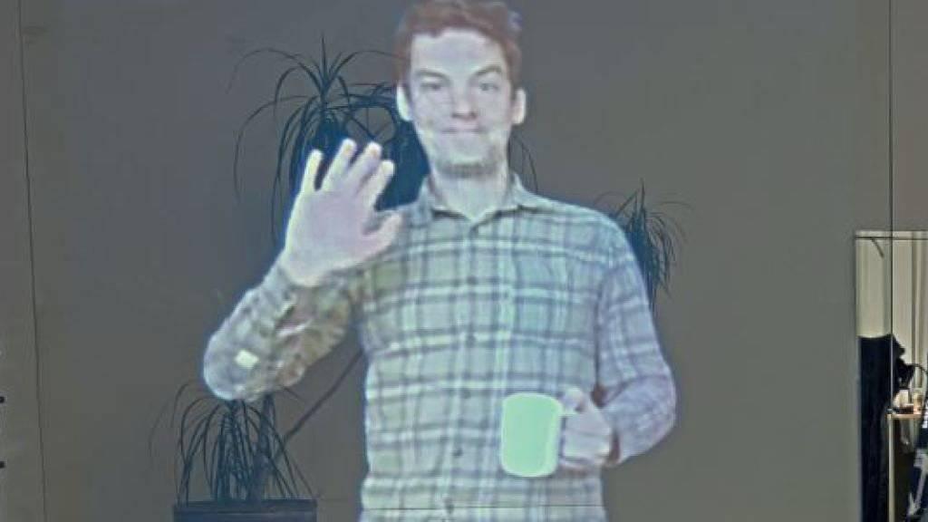 Als würde man sich gegenüber stehen: Ein neues Videokonferenz-System von ETH-Forschenden projiziert ein 3D-Bild des Gesprächspartners auf einen transparenten Bildschirm.