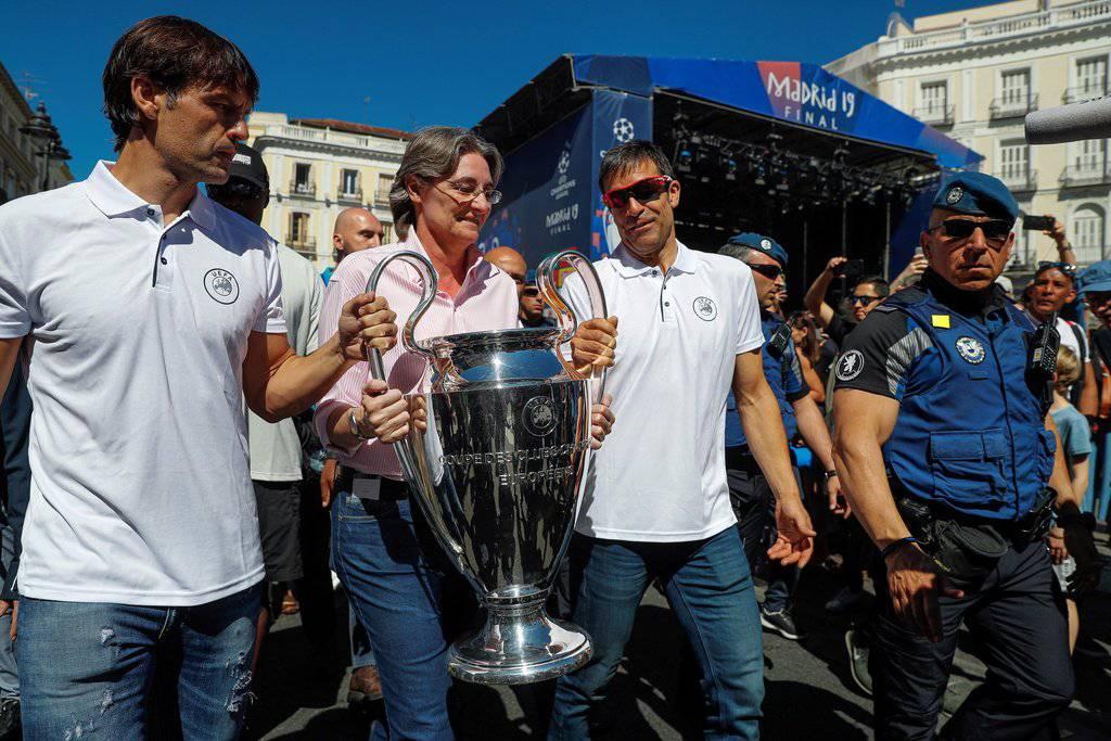 Um diesen Pokal geht es: Hier getragen von Madrids stellvertretendem Bürgermeister Marta Higueras. (Bild: Keystone)