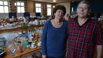 Yvonne und Rudolf Arnold vor ihrem Gastro-Inventar, welchen sie im «Rauber»-Saal für den Verkauf auf den Tischen platziert haben.