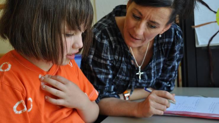 Konzentration: Aline und Ergotherapeutin Jacqueline Zecher-Neeser arbeiten seit zwei Jahren zusammen und sind ein eingespieltes Team.