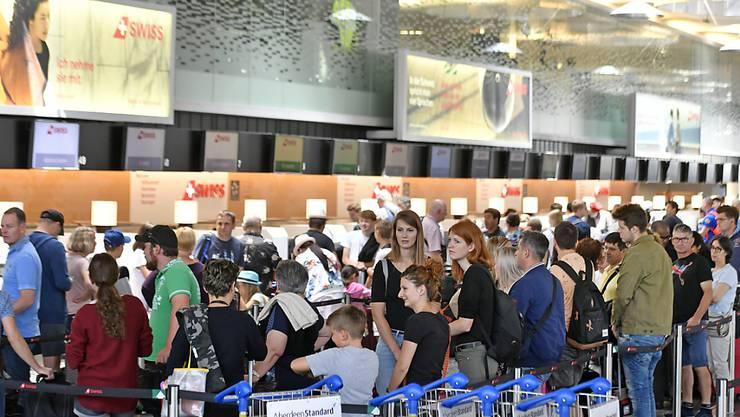 Nur Frankfurt ist noch schlechter: Der Flughafen Zürich weist die zweitschlechtesten Pünktlichkeitswerte aller Flughäfen Deutschlands, Österreichs und der Schweiz auf. (Archivbild)