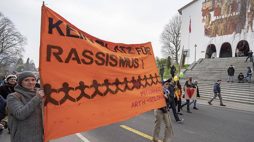 Der Auftritt einer Gruppe im Stile des Ku-Klux-Klans in Schwyz führte im April Rassismusgegner auf die Strasse. (Archivbild)