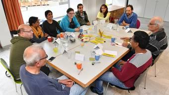 Ein typisches Bild im Cultibo: Kaffee und Leute aus der ganzen Welt. Mitten unter ihnen: Cultibo-Leiter Christoph Wüthrich hinten rechts im blauen Pullover.