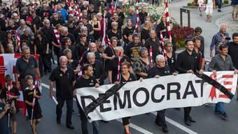 """Mehrere tausend Separatisten haben am Freitagabend in Moutier gegen das Gerichtsurteil zur Moutier-Abstimmung protestiert. Der Kanton Bern habe die """"Demokratie begraben"""", erklärten sie."""