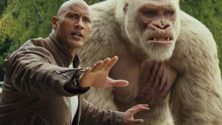 """Dwayne Johnson zusammen mit seinem Freund, dem Gorilla, im Film """"Rampage: Big Meets Bigger."""" Der Streifen um ein schief gelaufenes Gen-Experiment hat in Nordamerika die Kinocharts erobert. (Archivbild)"""