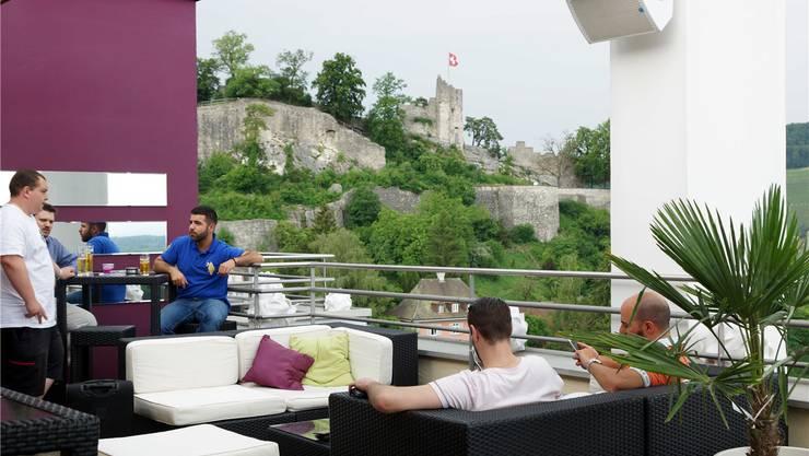 Frauen sind normalerweise in der Überzahl in der Panorama Lounge & Bar auf dem Hotel Linde – nur diesmal nicht.