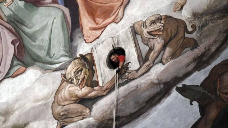 Ein Techniker inspiziert die Kuppel von Brunelleschis Kathedrale in Florenz. Zum 600. Jahrestag des Baubeginns ist das imposante Gebäude wieder für Zuschauer zugänglich (Archivbild)