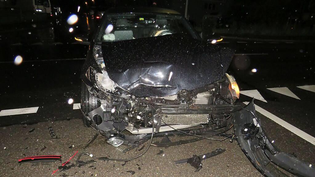 Spuren des heftigen Zusammenstosses am Auto der am Unfall beteiligten Lenkerin.