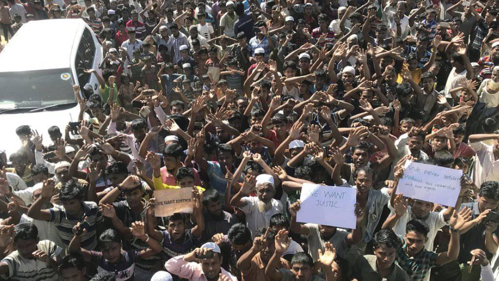 Rohingya protestieren am Donnerstag im Flüchtlingscamp Cox's Bazar in Bangladesch gegen die Rückführung nach Myanmar.