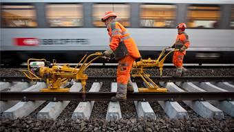 Während die Gleisarbeiter am Werk sind, ist der Bahnverkehr eingeschränkt. (Archiv)