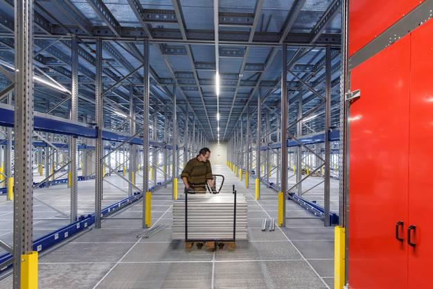 Halle für Halle wird mit den speziellen Regalsystemen bestückt. Da Grundfläche teuer ist, wird auch bei der Aufbewahrung in die Höhe gebaut.